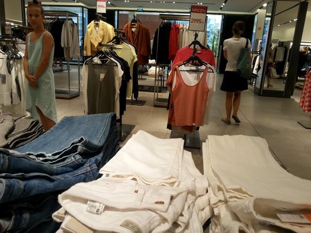 Zara: itt nem igazán csökkentek az árak az elmúlt hetekben, de a készlet megfogyatkozott.