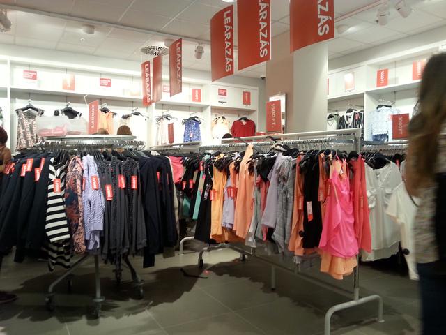 H&M: itt már csak egy sarokban vannak leárazott ruhák, de szerencsére elég nagy az a sarok.