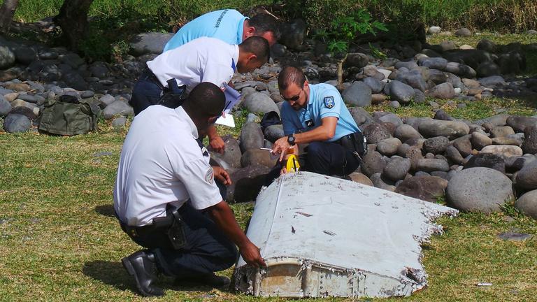 Már hivatalos, az eltűnt maláj gép szárnydarabját találták meg