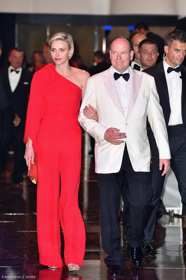 Charlene hercegnő egy piros Valentino kezeslábasban kísérte el férjét, II. Albert monacói herceget a 2015-ös Monaco Red Cross Gálára.