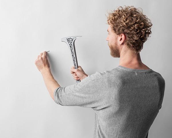"""A német dizájner, Henrik Balzer hézköznapi használatra készítette el """"Bone"""" névre keresztelt minimalista formát kapott kalapácsát, mely elmondása szerint egy olyan átgondolt, egyedülálló szerkezet,melynek hatvan százaléka csontból áll. Az acélporral lefújt szerszám természetesen képes beverni a szöget a falba."""
