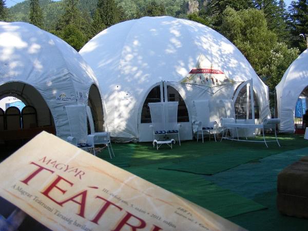 A Magyar Teátrumi Társaság színházi sátra Tusnádfürdőn