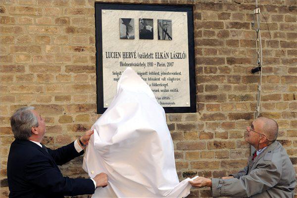 Kószó Péter alpolgármester és Gáti György fotóművész leleplezik Lucien Hervé emléktábláját