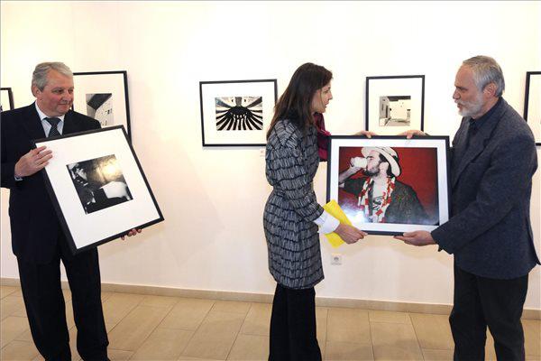Sandly Orsolya, a Hervé-hagyaték kezelője átadja Nagy Imre múzeumigazgatónak Rodolf  Hervé Önportré című képét