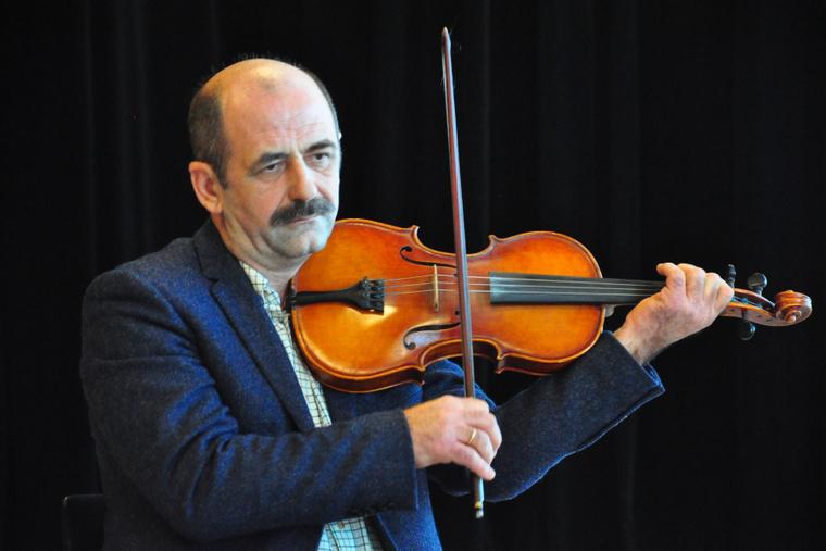 Kelemen László, a Hagyományok Háza igazgatója, egyben kontrás - Violin-kulcs sajtóbeszélgetés a Müpa Üvegteremben 2012.11.14-én