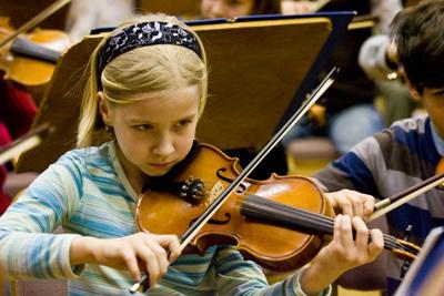 hegedülő kislány (Fotó: Kakuszi Zoltán)