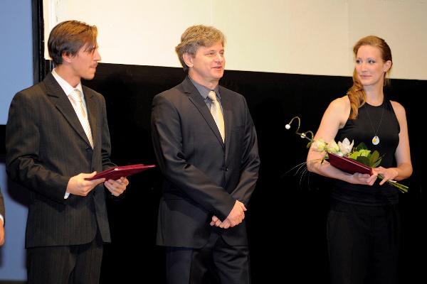 Váncsa Gábor, Rátóti Zoltán igazgató és Grisnik Petra a Nagymama-díj átadásán