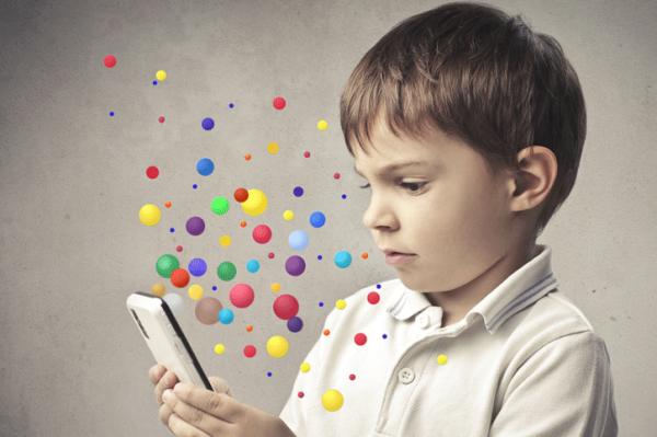 gyerek okostelefonnal (képünk illusztráció)