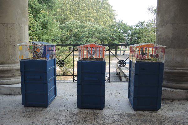 Az Új Múzeum Méheknek három kaptárja, rajta a kiállítótérrel