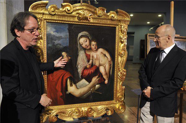 Baán László és Gerhardt Ferenc a Mária gyermekével és Szent Pállal című festmény előtt