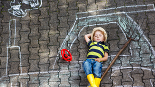 Krétával aszfaltra rajzoló gyerek: szabálysértő