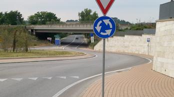 Na ki tud ennél hülyébben elhelyezett buszmegállót mutatni?