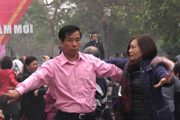 Hanoi - táncosok vietnámi tüntetők ellen