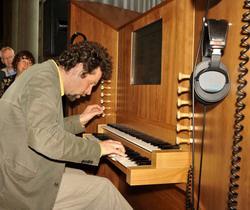 Fassang László az orgonaszimulátornál