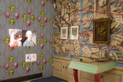 Haydn Explosiv, régi és új tapéta találkozása, és jól látható a fal alsó részére helyezett, gyerekeknek szóló kis képernyő is