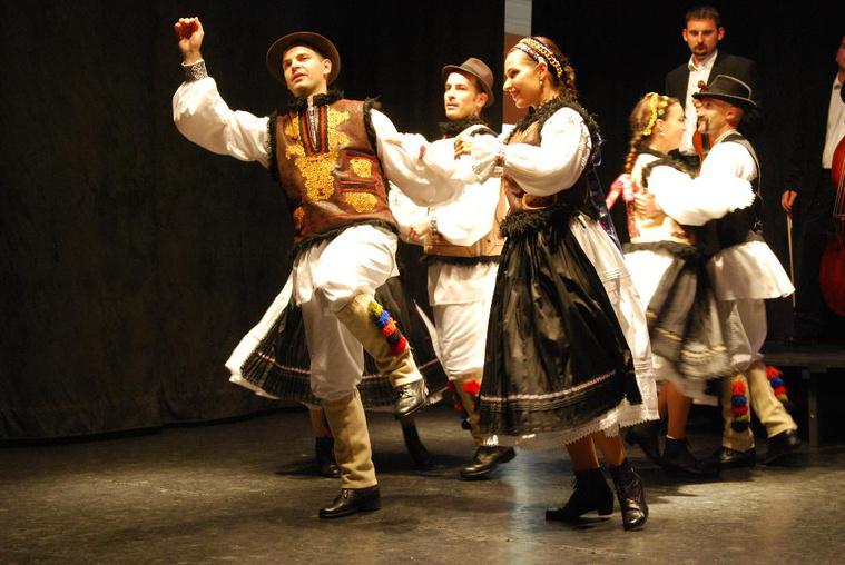 Ifjú Szívek - román tánc egy korábbi előadáson