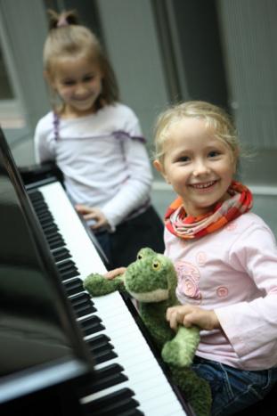 Zongora az előcsarnokban