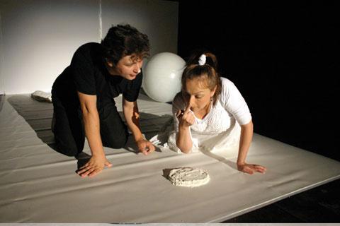Fehér és fekete - Bukaresti Nemzetközi Gyerekszínházi Fesztivál