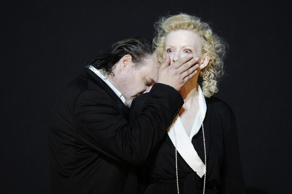 Phaedra - Paulus Manker (Theseus), Sunnyi Melles (Phädra) (Burgtheater - fotó: Tania Dorendorf)