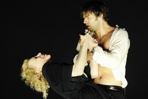 Phaedra - Sunnyi Melles (Phädra), Philipp Hauß (Hippolytos) (Burgtheater - fotó: Tania Dorendorf)