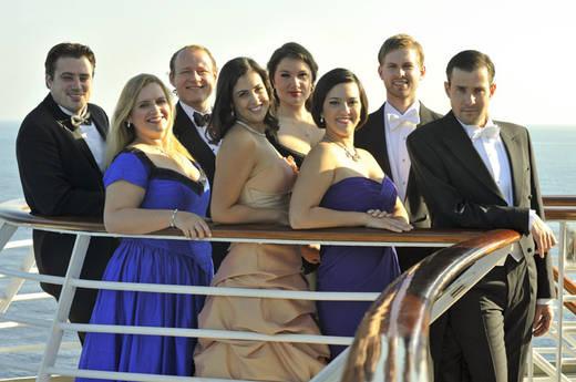 Stella Maris Énekverseny 2010 (pánt nélküli kék ruhában Daniela Mack, a szőke hajú fiatalember John Chest)