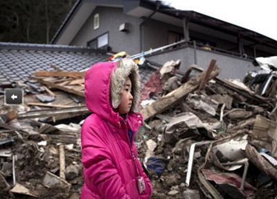 japán gyerek a földrengés és a cunami után, a romok között