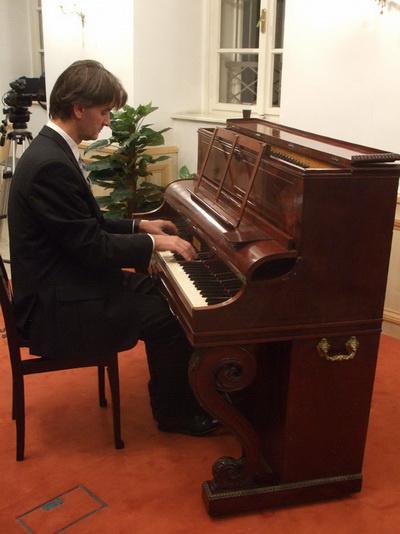 Szilasi Alex és a Pleyel pianínó