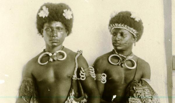 Bíró Lajos gyűjteménye - Néprajzi MúzeumKét jabim legény, Huon-öböl, 1901, fotó: Bíró Lajos