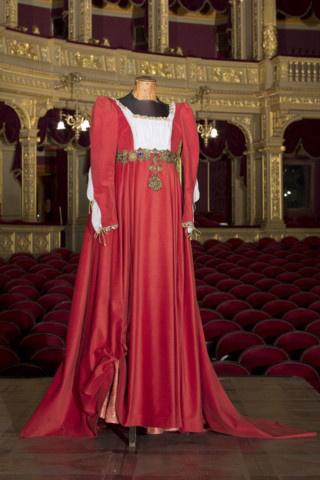 21. tétel Ötvöslánccal díszített ruha, palást - Jótékonysági árverés a Magyar Állami Operaházban