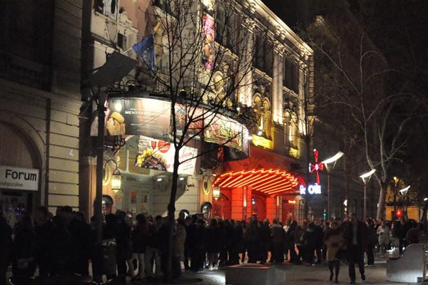 Röpke kétórányi sorbanállás volt a minimum az Operett előtt - Színházak éjszakája