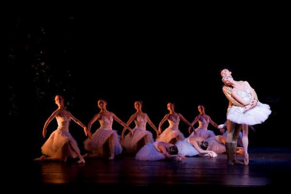 Singapore Dance Theatre - A hattyúk tava