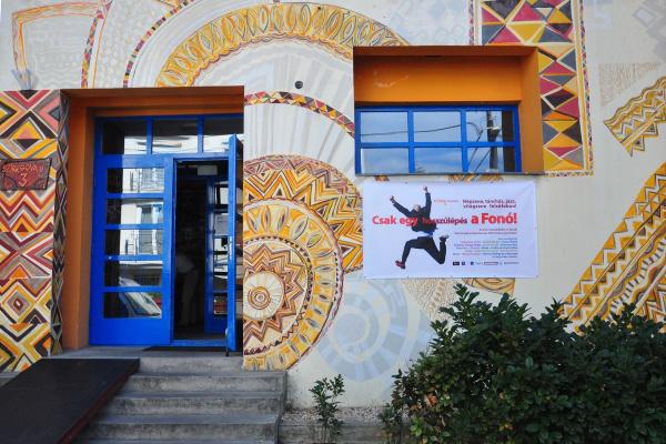 A Fonó Budai Zeneház Sztegova utca 3. alatti bejárata