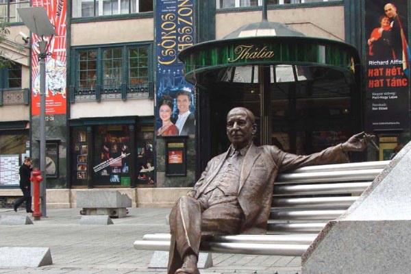 Kálmán Imre szobra a Budapesti Operettszínház előtt