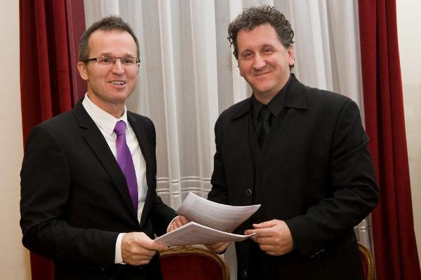 Az aláírók: Béres Lajos a Laki Épületszobrász Zrt. képviseletében, valamint Ókovács Szilveszter mb. főigazgató
