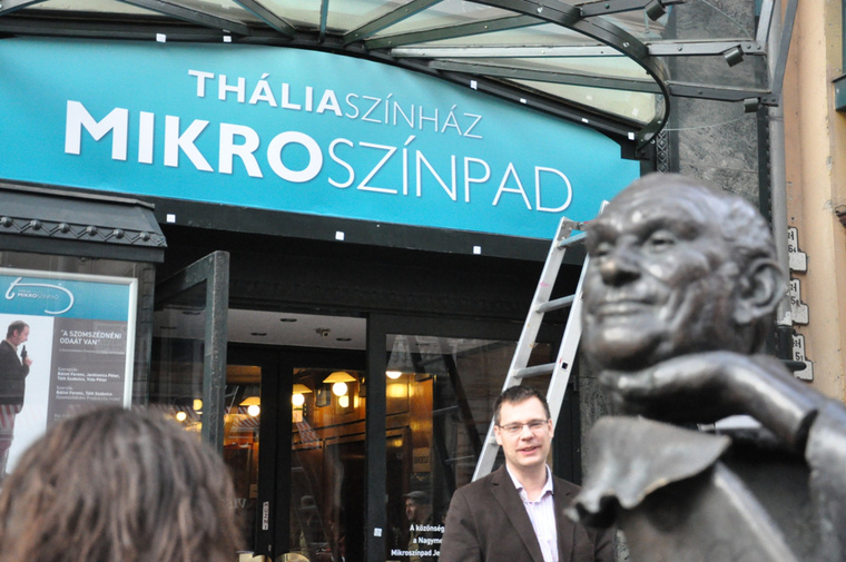 Litkai Gergely és Hofi (szobra) a Mikroszínpad frissen felavatott névtáblája alatt