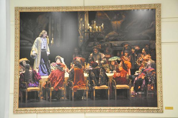 A művészbejárónál a múlt heti Rigoletto-előadás fotója fogadja a művészeket - az Operaház Kínában