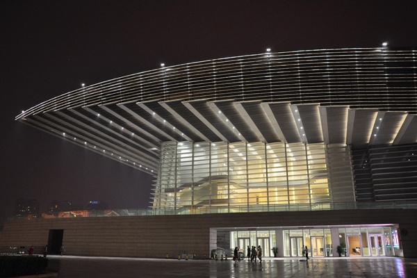 A tianjini Nagyszínház esti kivilágítása
