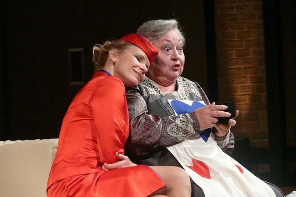 Schell Judit és Molnár Piroska a Leszállás Párizsban c. előadásban