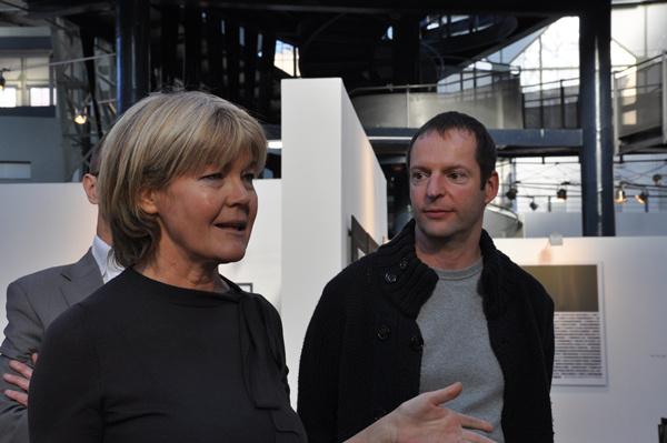 Topor Tünde átadja az Art Magazin díját a Vintage Galéria vezetőjének
