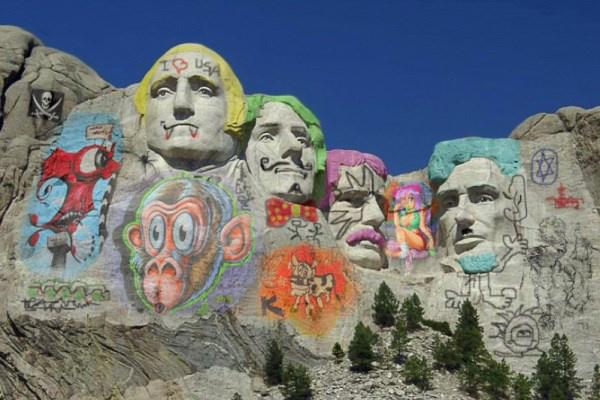 Így feste a Rushmore-hegy összefirkálva