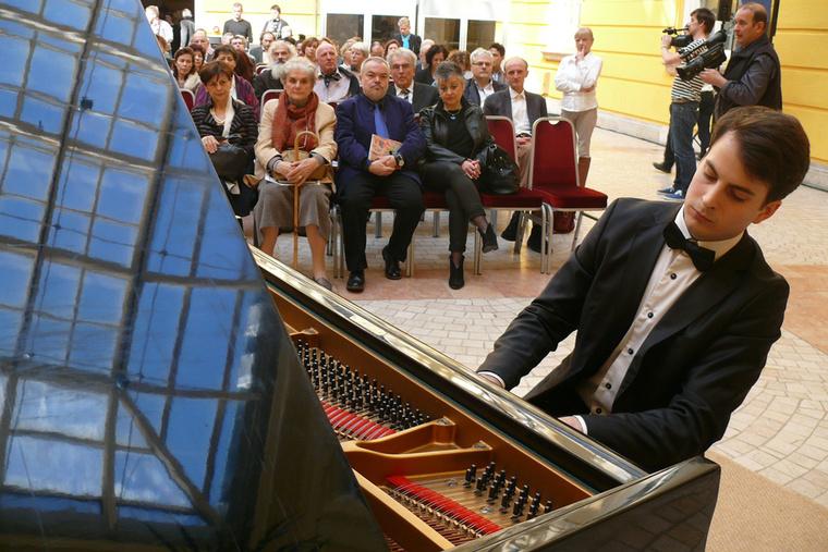 Medgyesi Zsolt Junior Prima-díjas zongorista a Festők a tükörben c. kiállítás megnyitóján