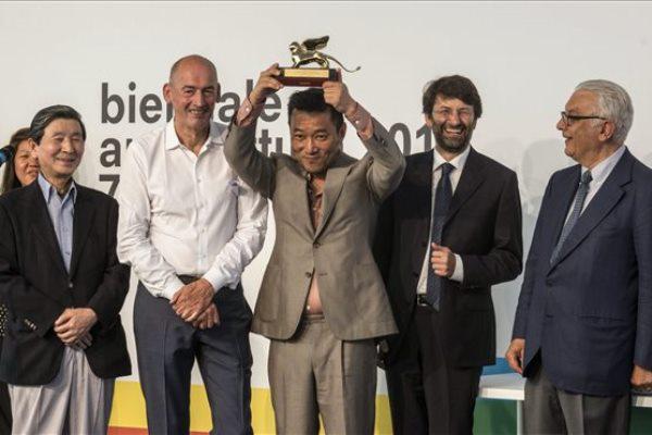 Min Szuk Cso az Arany Oroszlán-díjjal