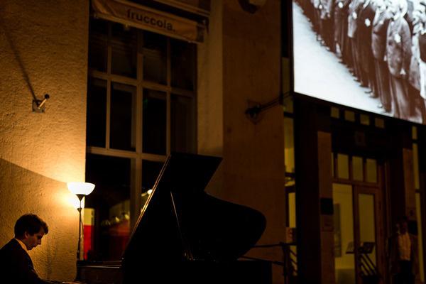 Múzeumok éjszakája 2014 - Medgyesi Zsolt játssza Beethoven Appassionata szonátáját az OSA Archivum előtt