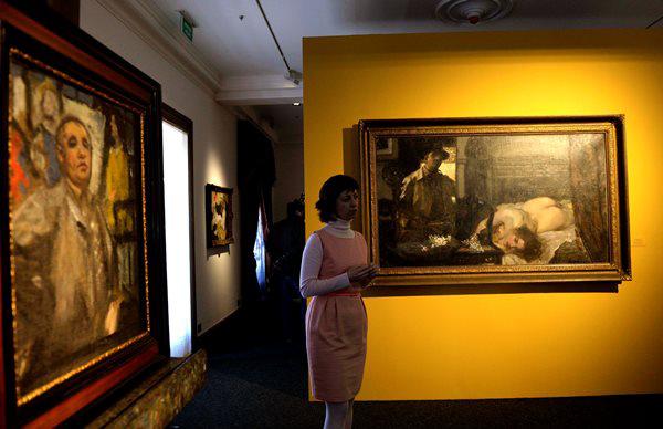 Csók István a Műteremsarok című festményét mutatja be Gärtner Petra a tárlat sajtóbejárásán (Fotó: Bruzák Noémi, MTI)