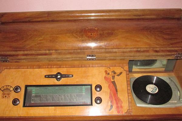 Két világháború közti magyar, Orion gyártmányú zeneszekrény világvevő rádióval és gramofonnnal