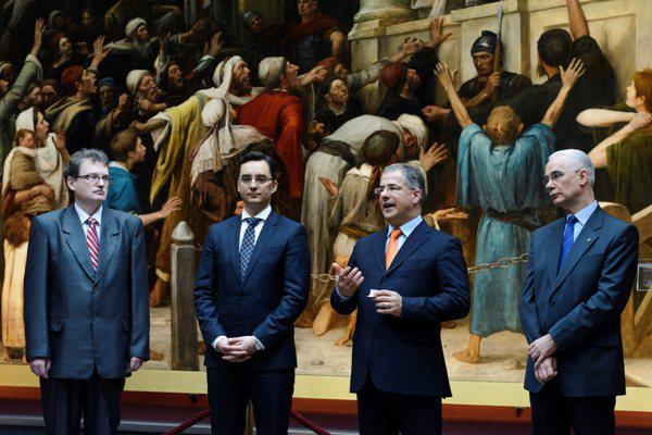 Angi János múzeumigazgató, Papp László polgármester, Kósa Lajos és Balog Zoltán a debreceni Déri Múzeumban (Fotó: Czeglédi Zsolt, MTI)