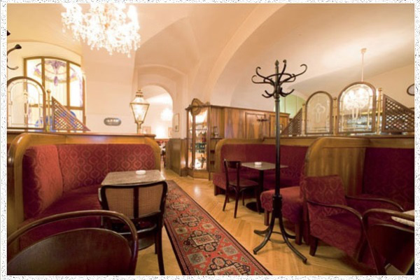A Cafe Frauenhuber belülről (Forrás www.cafefrauenhuber.at).jpg
