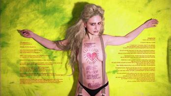 Nagy Kriszta saját testére festette a feminizmus lényegét