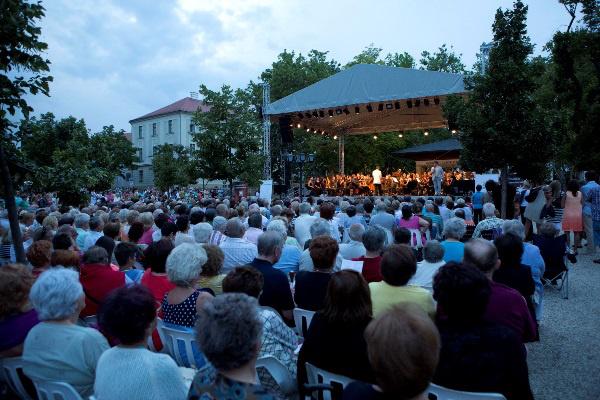 Az Operaház művészei a balatonfüredi Gyógy téren (Forrás: Rákossy Péter)