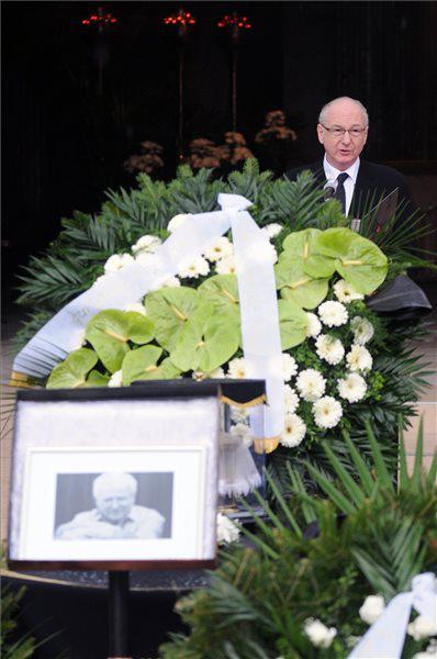 Szikora János beszédet mond Szabó Gyula temetésén